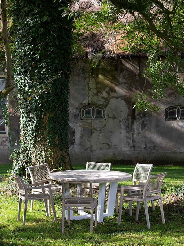 Gartentisch-mit-Stuehlen
